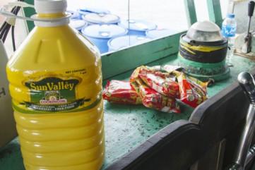 Người dân Philippines tặng thực phẩm cho ngư dân Việt Nam vào trú bão