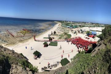 Chùm ảnh: 3.000 người xác lập kỷ lục tham gia xếp hình cờ tổ quốc trên đảo Lý Sơn