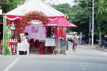 Cách chức Chủ tịch phường nếu để rạp cưới tràn lòng đường