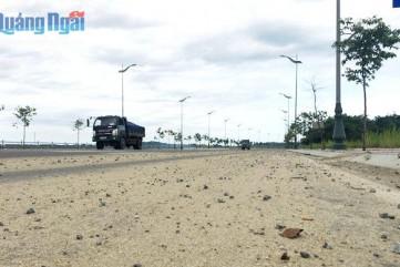 Xe tải 'đánh rơi' đất, cát trên đường, người dân bất an