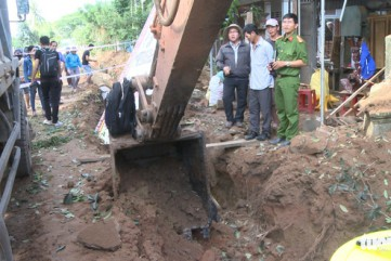 Xe cuốc đào trúng bom phát nổ, cả chục nhà dân hư hỏng