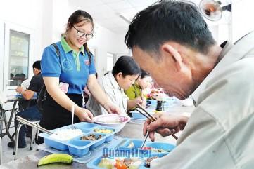 Quán cơm xã hội Nụ cười sông Trà: Dừng hoạt động do khó khăn về kinh phí